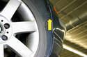 Далее, работая внутри правой и левой колесных колодцев, снимите винты вкладыша колесной колодки.