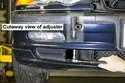 Чтобы установить передний бампер, начните с частичной установки бампера, оставляя достаточно места для доступа к электрическим разъемам и шлангам.