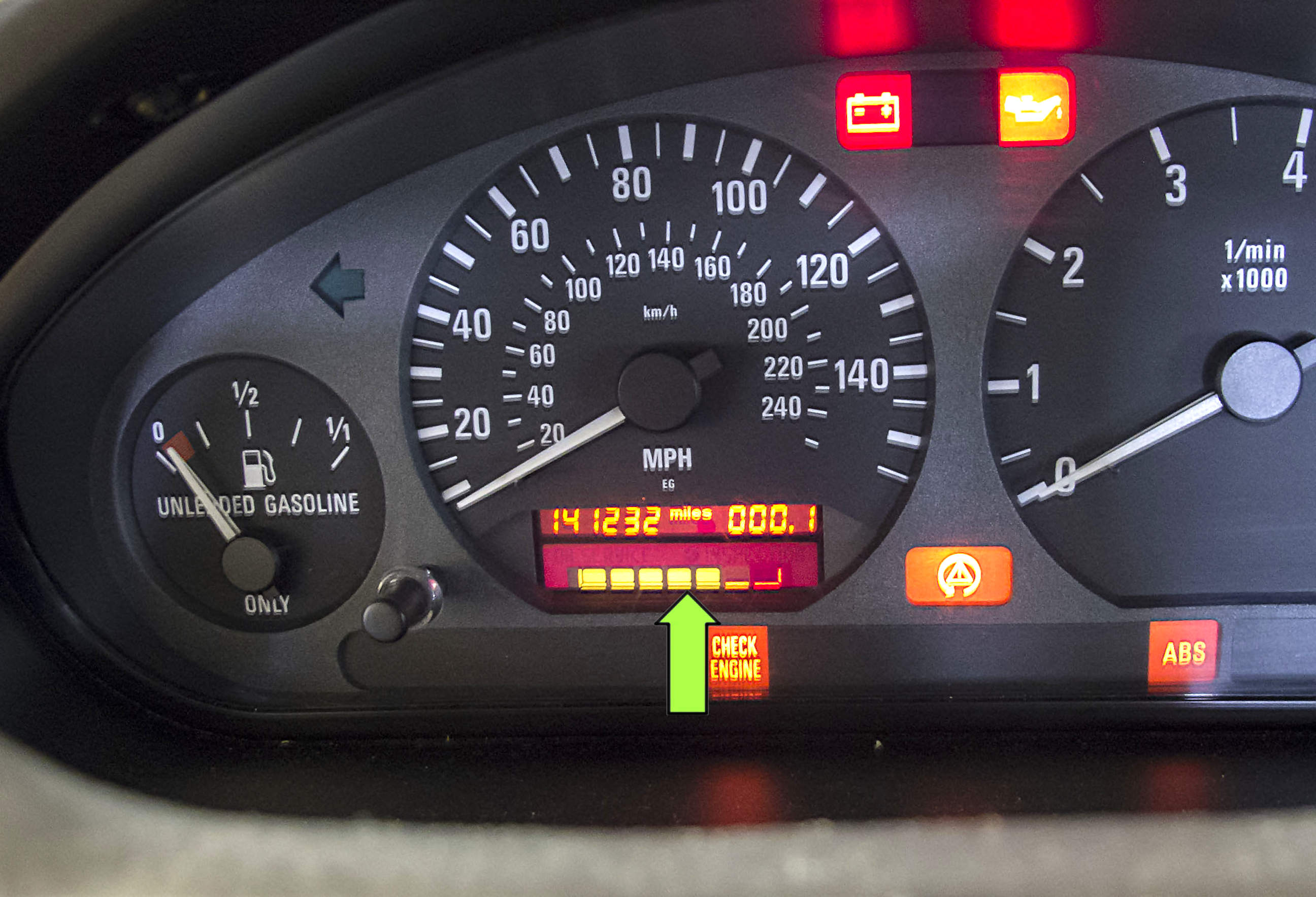 The service indicator is an illuminated bar in the instrument cluster  (green arrow).